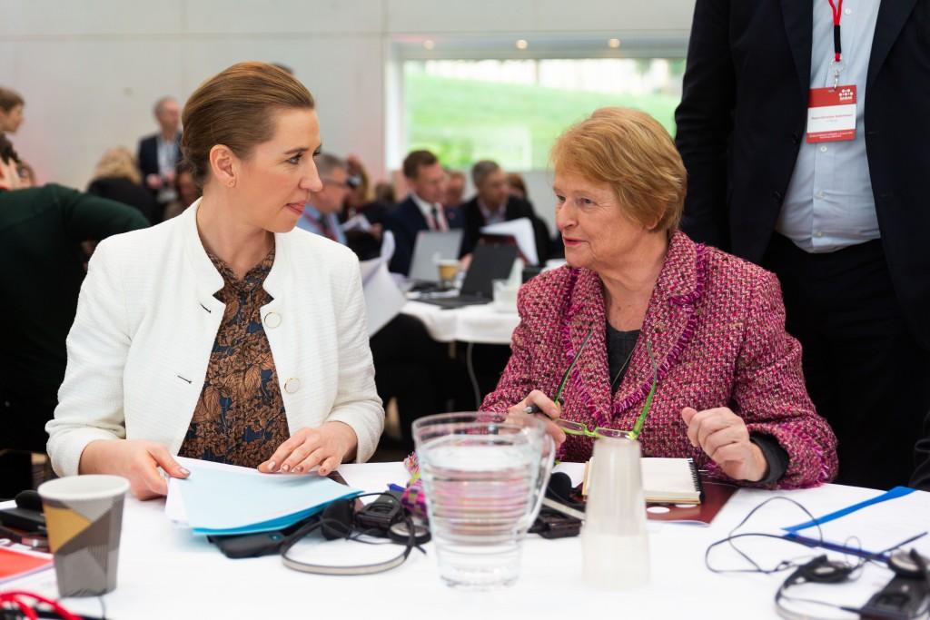 Mette Frederiksen og Gro Harlem Brundtland sittende ved et bord